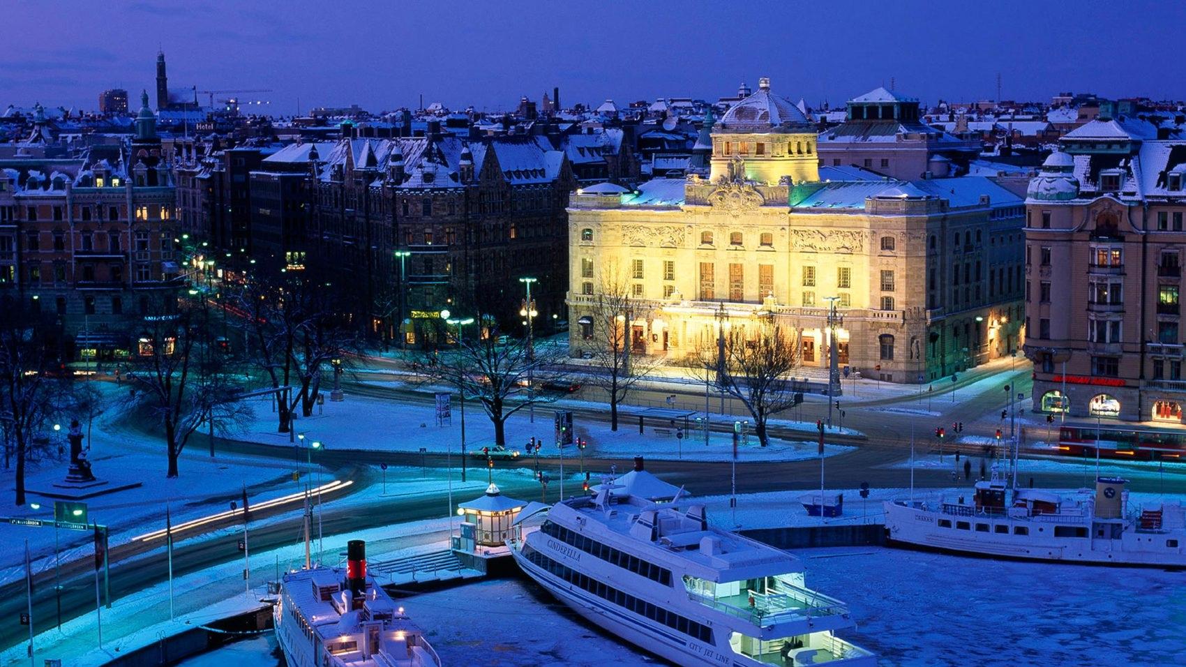 Dramatenhuset belyst vintertid.