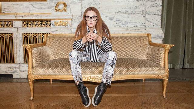 Danica Kragic Jensfelts sitter i en guldsoffa i Marmorfoajén.