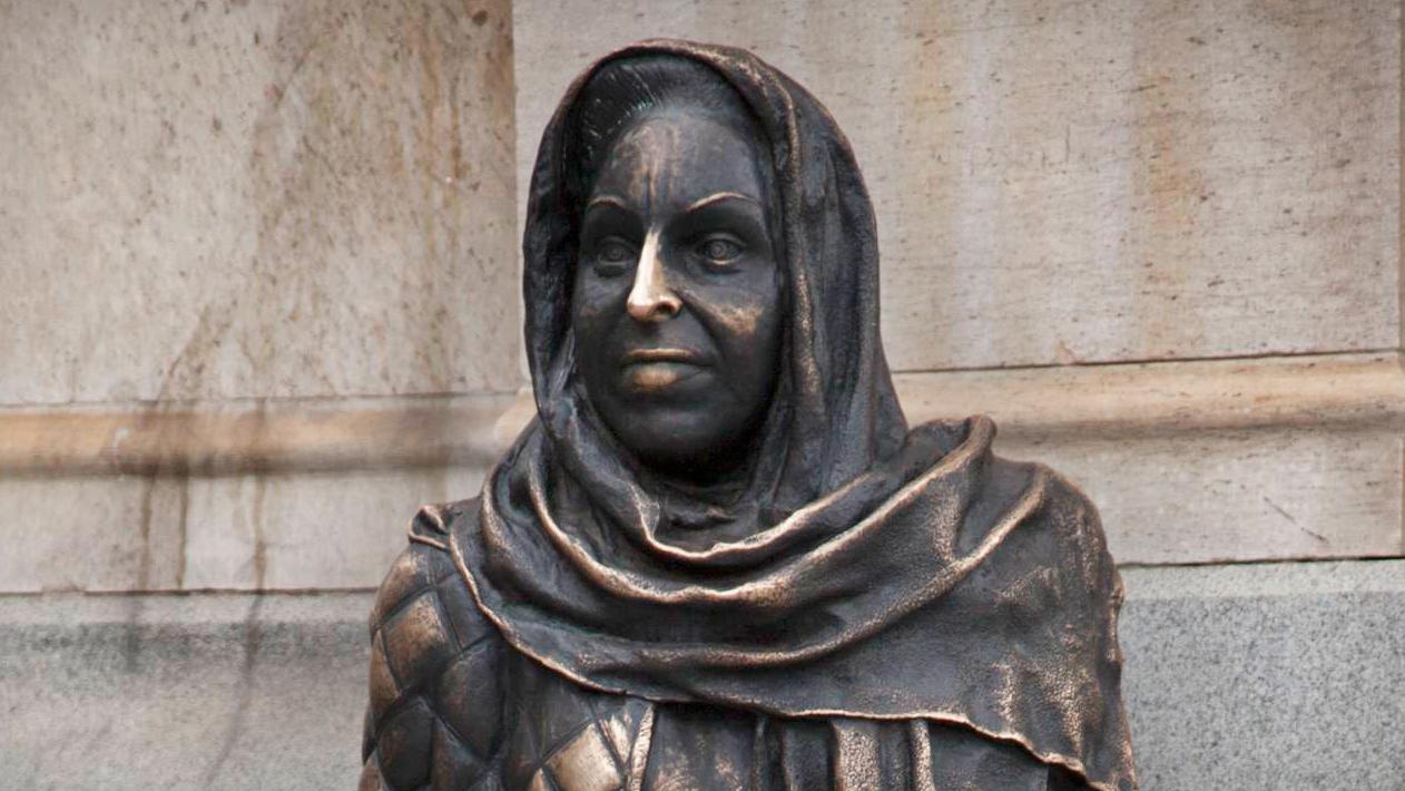 Närbild på Statyn av Margaretha Krook utanför Dramatenhuset vid Nybroplan.