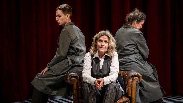 sa Wikforss sittandes i en fåtölj framför Razmus Nyström och Kicki Bramberg.