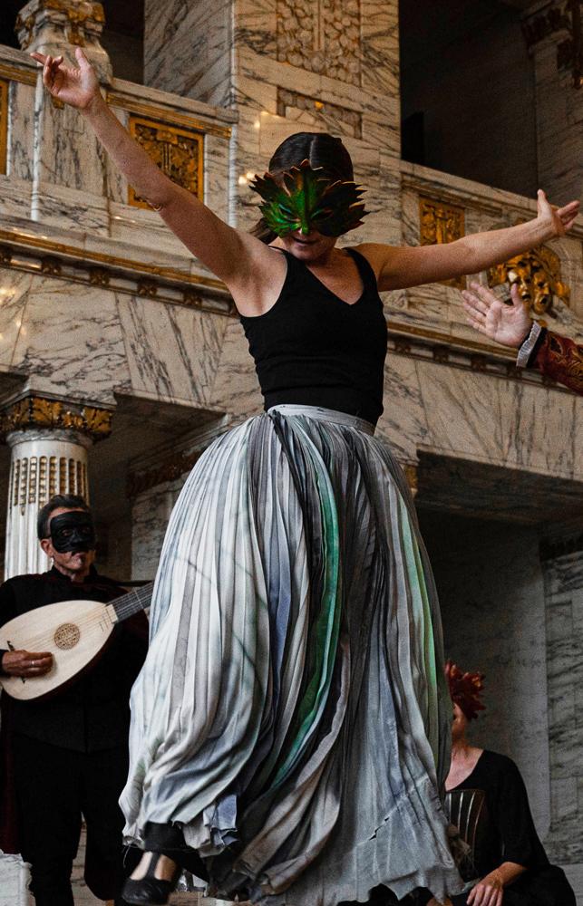 Romeo och Julia Kören uppträder i Marmorfoajén.