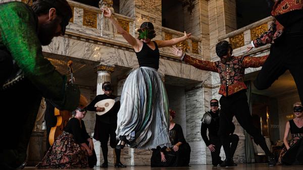 Romeo och Julia Kören uppträder i Marmorfoajén