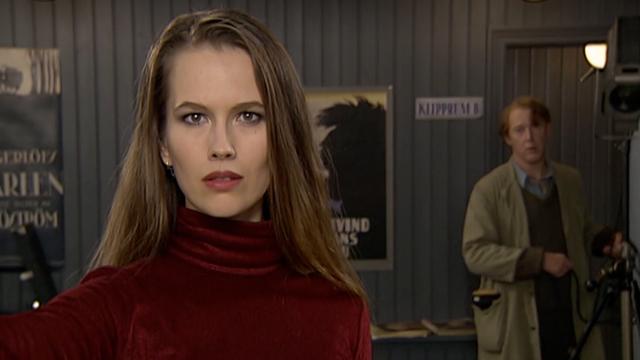 Elin Klinga tittar drömskt in i kameran.