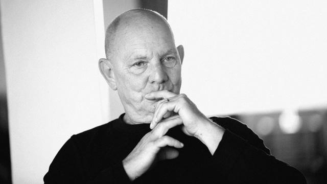 Lars Norén tar sig för munnen med ena handen.