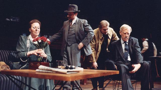 Margaretha Krook, Reine Brynolfsson, Peter Andersson och Max von Sydow sitter vid ett bord.