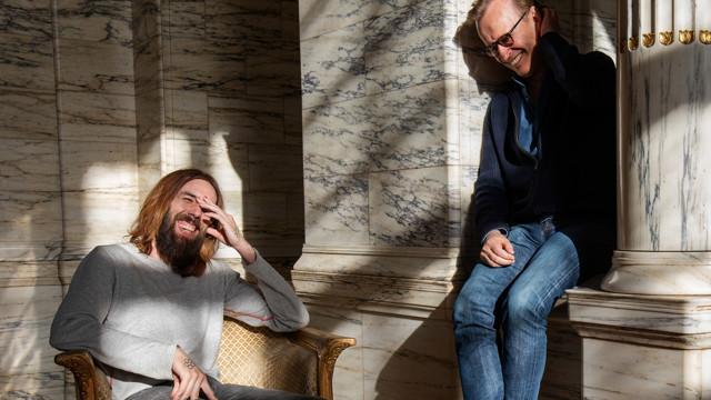 Micael Dahlen och Johan Ulveson skrattar tillsammans i Marmorfoajén.