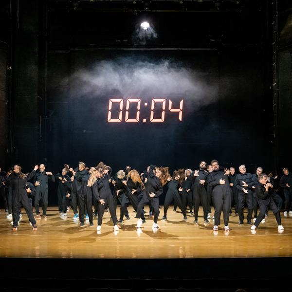 Hela ensemblen från Den yttersta minuten dansar på Stora scenen.
