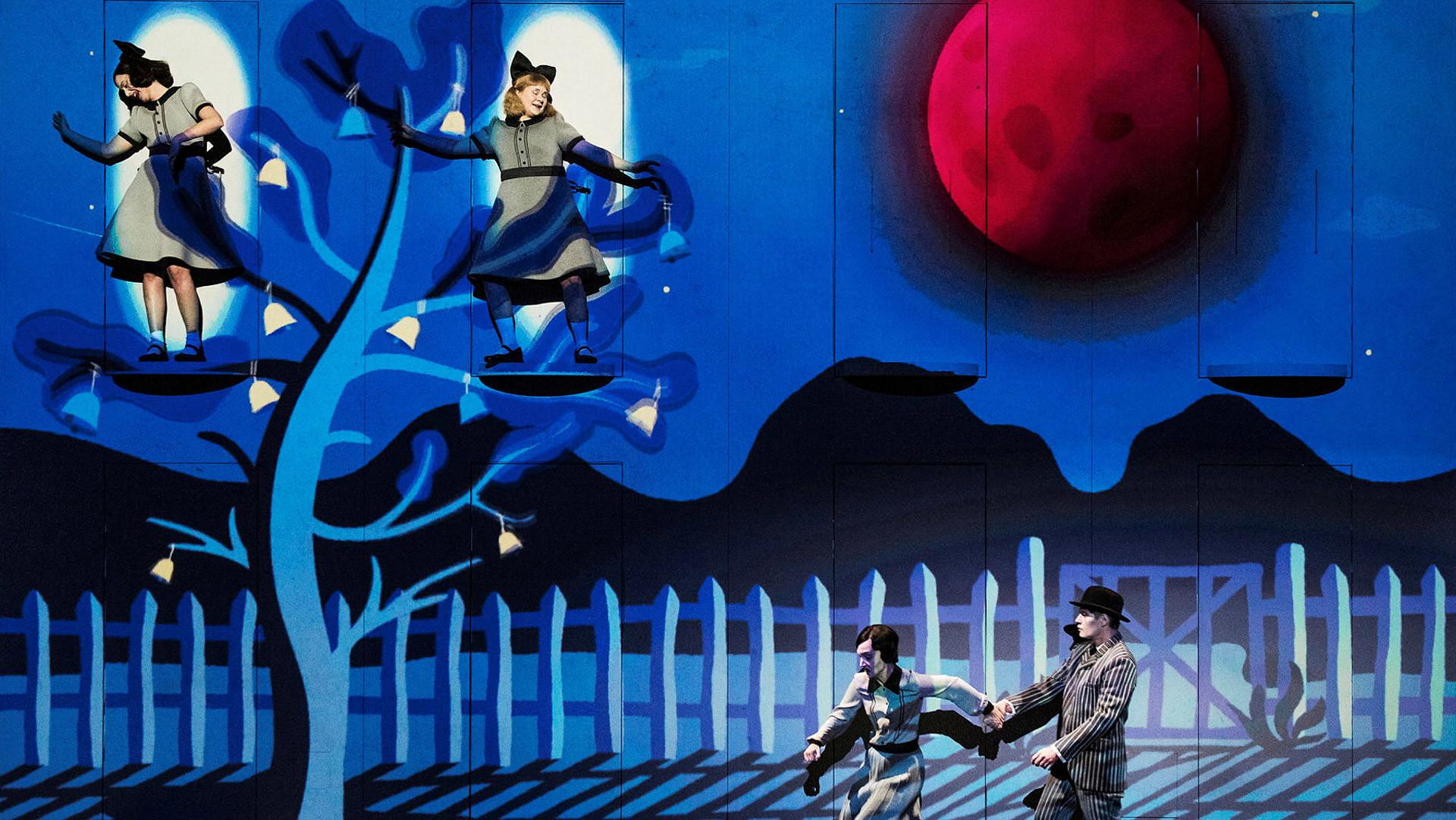 Fyra skådespelare dansar i scenografin till uppsättningen Det blåser på månen.