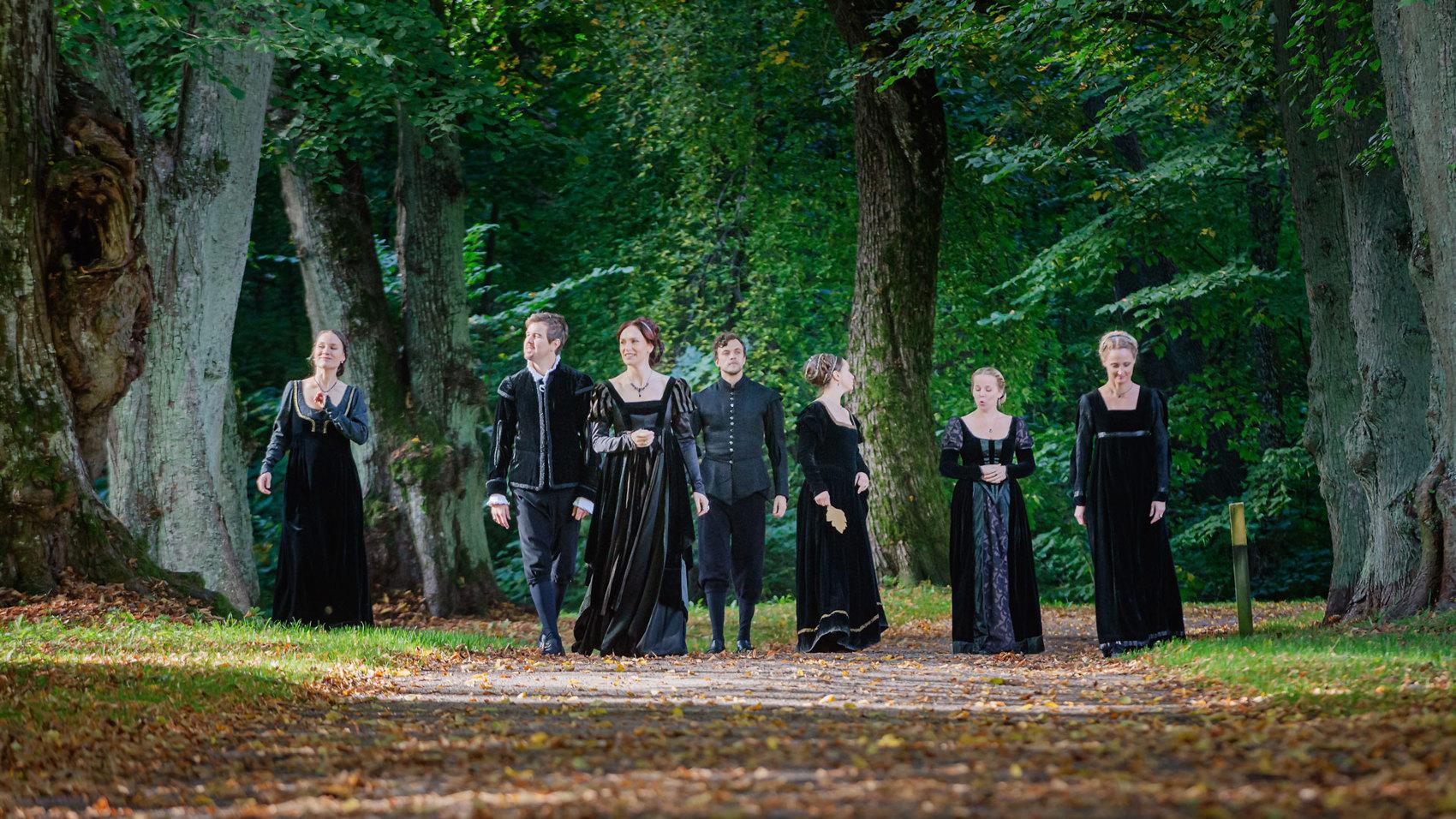 Medlemmar i Romeo och Julia Kören i Ulriksdals slottsträdgård.