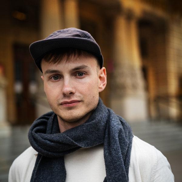 Lukas Orwin framför Dramatens entré.