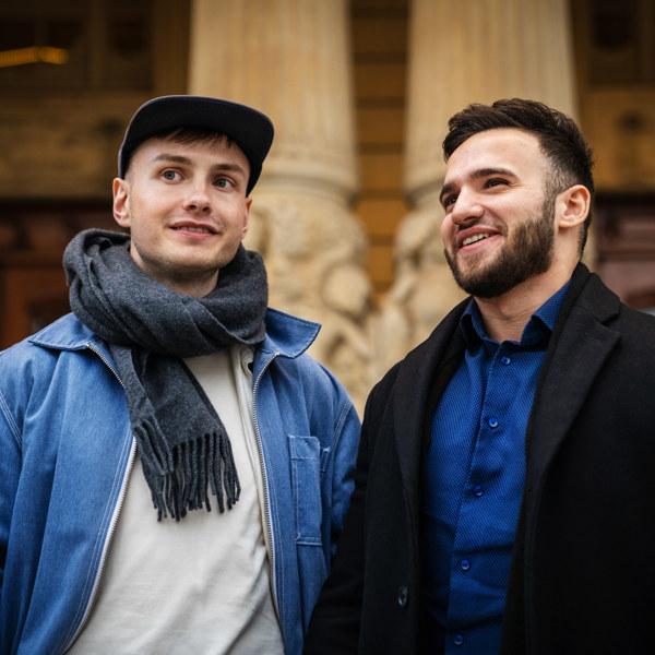 Lukas Orwin och Hamood Al Bwab framför Dramatens entré.